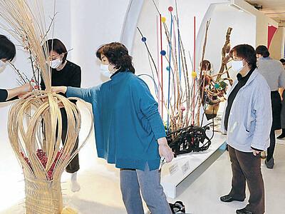 金沢で北國花展 後期展へ出品者生け込み