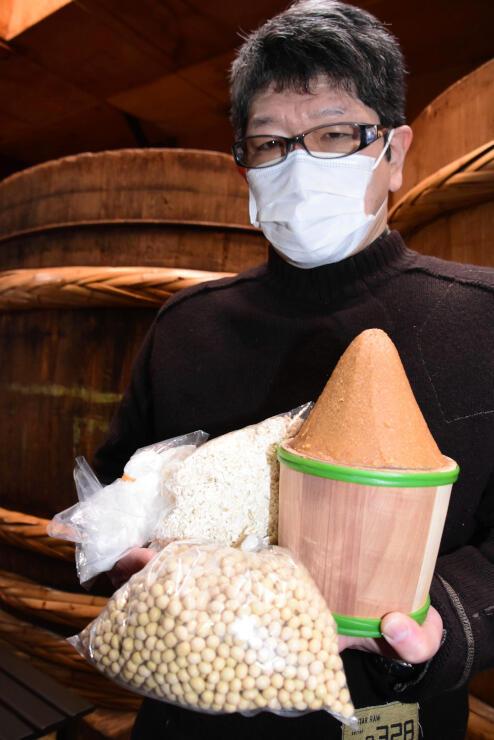 体験セットに入る大豆や米こうじと、出来上がったみそ(右)