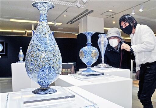 精巧な絵柄が施された陶磁器が並ぶ作品展=1月20日、福井県福井市の西武福井店