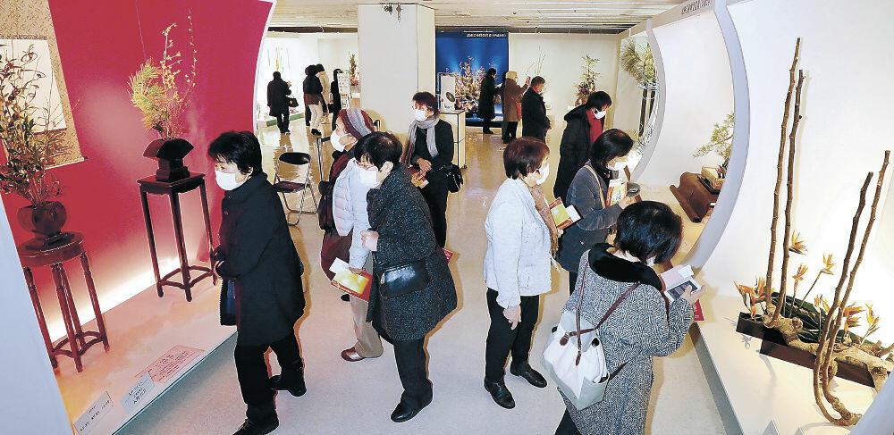 伝統美と現代感覚が息づく秀作群に見入る来場者=金沢市のめいてつ・エムザ8階催事場