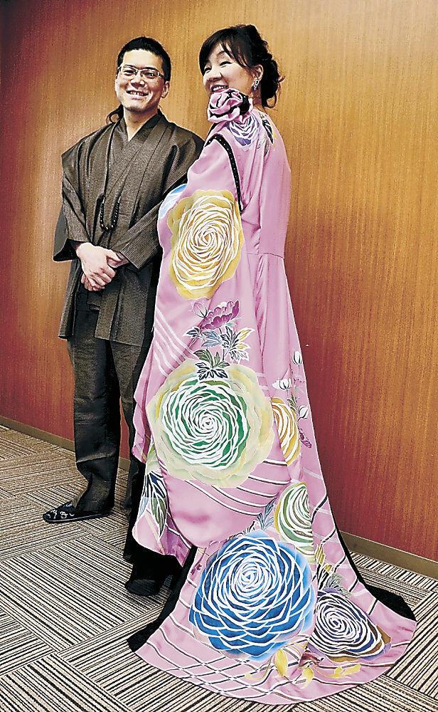 加賀友禅ドレスを新調した上田さん(右)=金沢市役所