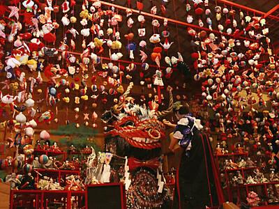 ひな飾り2000体と厄よけの神を展示 阿智・昼神温泉郷の旅館