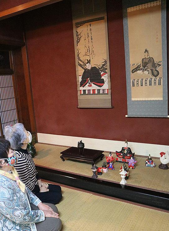 菅原道真を描いた軸や土人形=高岡市土蔵造りのまち資料館