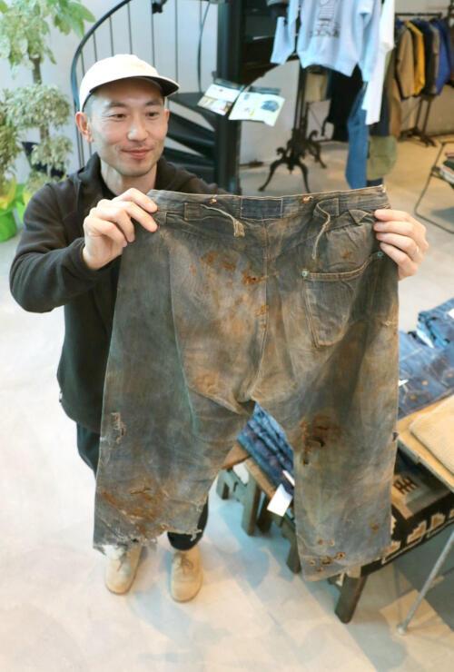 1500万円のジーンズの背面。ポケットが一つしかないのが特徴だ=弥彦村弥彦