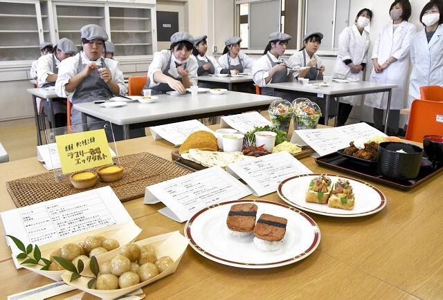 完成した試作品を味わう生徒=1月25日、福井県大野市の奥越明成高