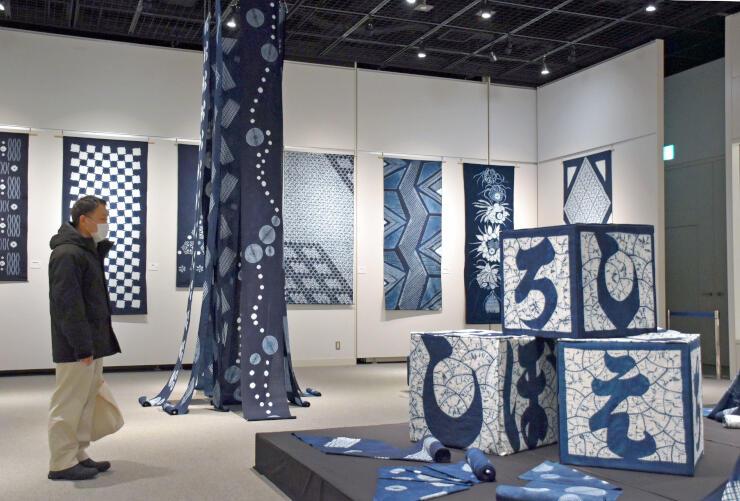 藍色の濃淡が美しい「白根絞り」展=新潟市中央区