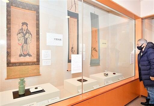縁起物をあしらった茶道具が並ぶ企画展=1月25日、福井県福井市愛宕坂茶道美術館