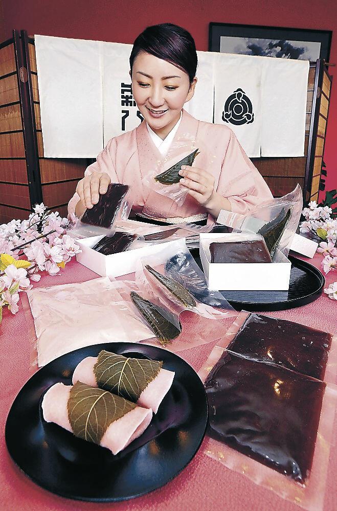 桜餅の手作り体験セットを紹介する中宮さん=金沢市内