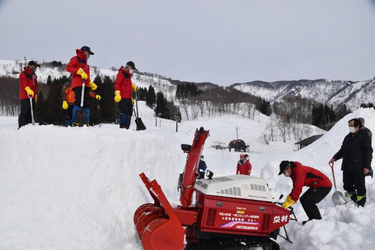 さかえ倶楽部スキー場で開かれたかまくら造りの講習会