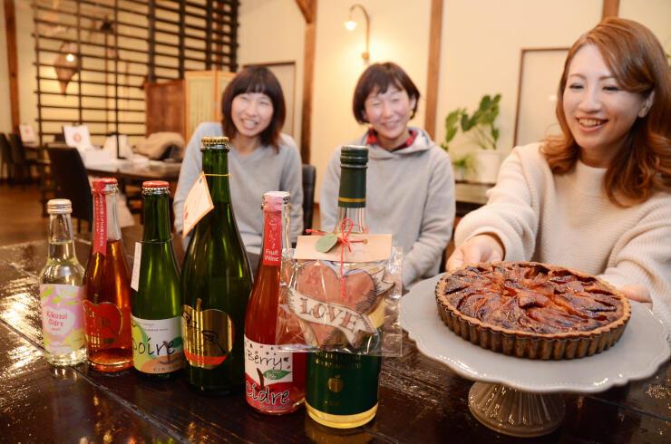 Mioさん(右)が考案した焼き菓子と合わせたバレンタインデー向けギフトとして販売する予定の飯田下伊那地域のシードル