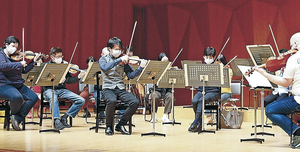 OEKとのリハーサルに臨む三浦さん(中央)=石川県立音楽堂
