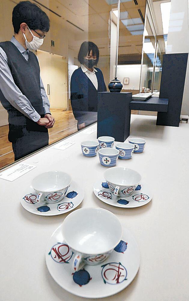 家で使いたくなるデザインや工芸の名品が並ぶ会場=金沢市の国立工芸館