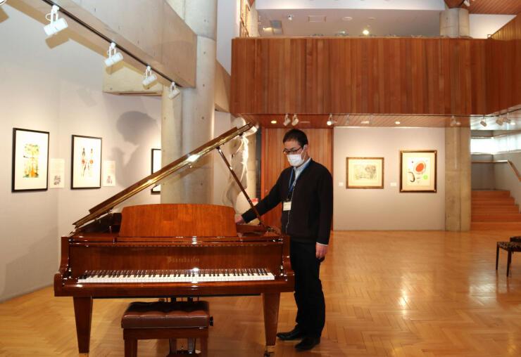 絵画に囲まれて弾くことができるハーモ美術館のピアノ