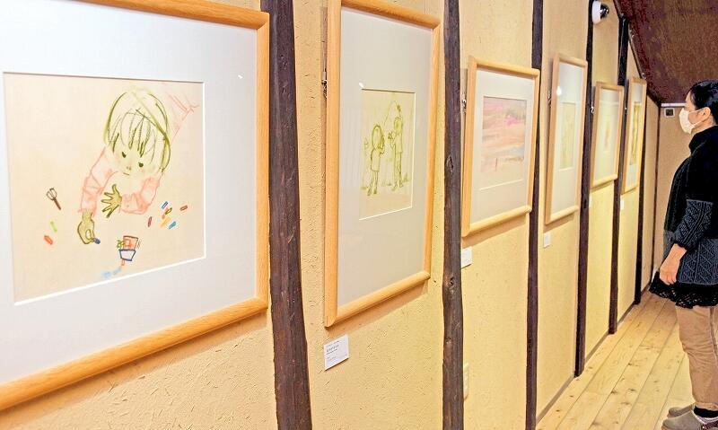 子どもを描いたいわさきちひろの作品が並ぶ展示=越前市天王町の「ちひろの生まれた家」記念館