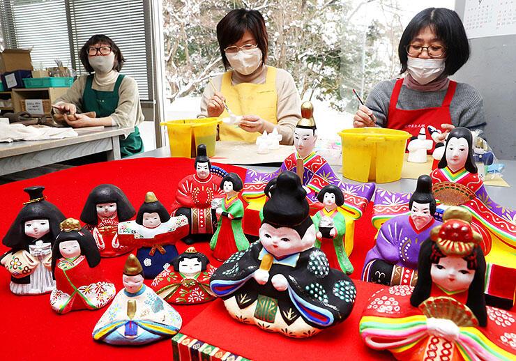 色鮮やかに絵付けされたひな人形=とやま土人形工房