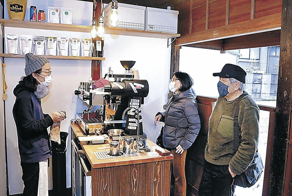 コーヒーを入れながら接客する山本さん(左)=東山2丁目のノンストップコーヒー