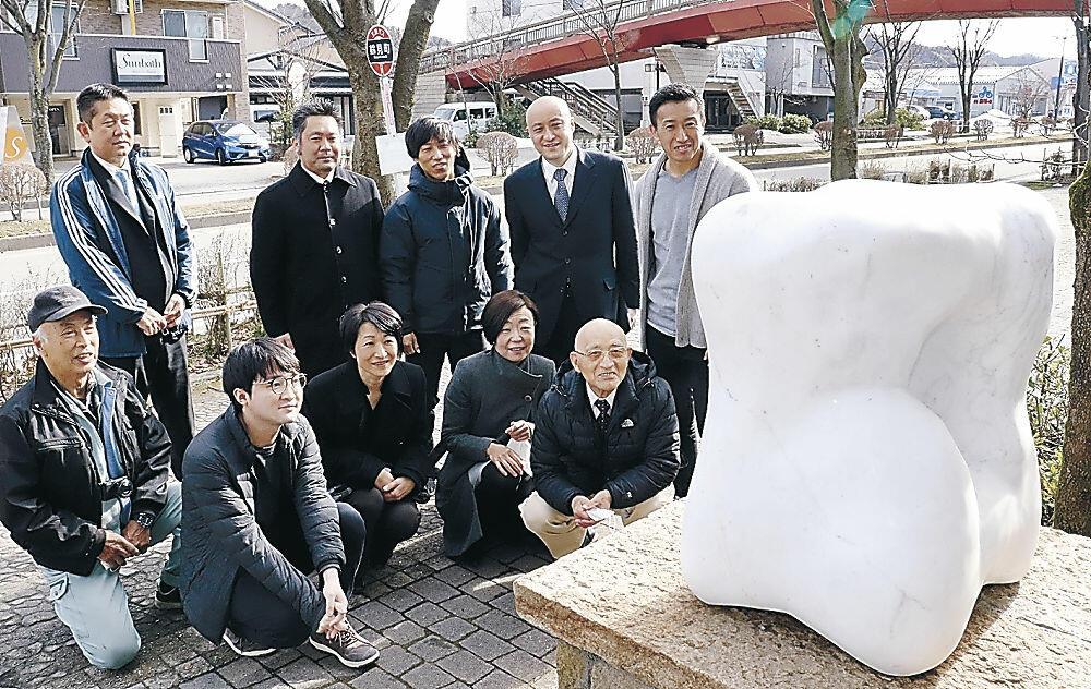 完成した皆川さん(下列の左から2人目)の作品を眺める商店会関係者=もりの里3丁目