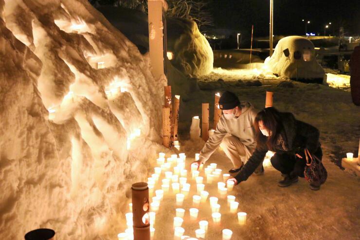 雪壁などにろうそくをともした「結の灯り 雪洞まつり」=1月30日、魚沼市干溝