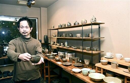 夫婦による温かみのある食器などが並ぶ展示会=2月1日、福井県福井市のギャラリーサライ