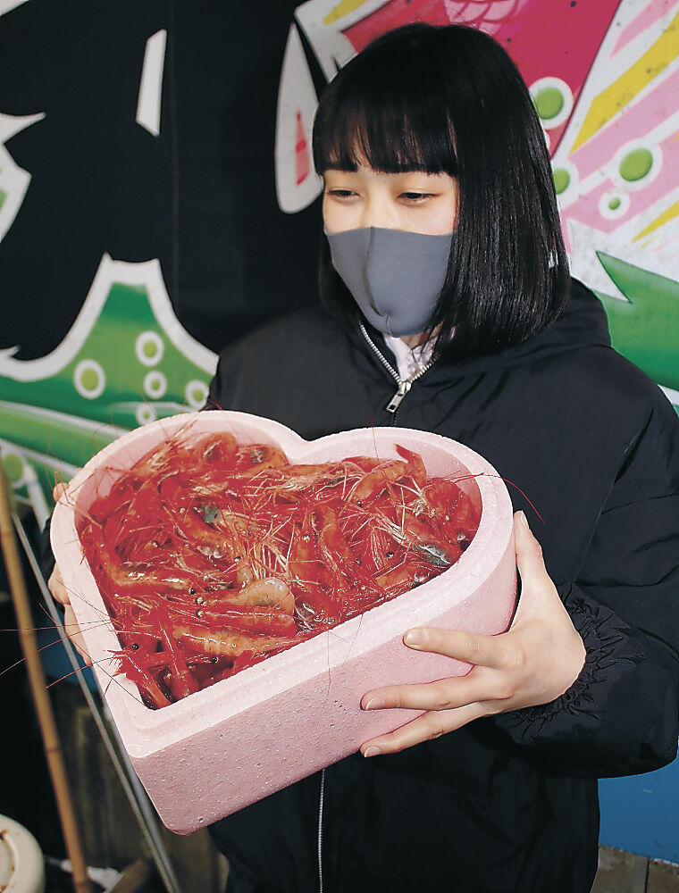 ハート形の容器に入れて発送される甘エビ=志賀町の富来漁港