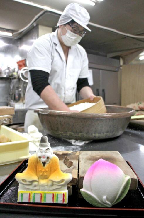 天神講菓子を作る飴屋本舗の遠藤重樹さん=3日、燕市宮町