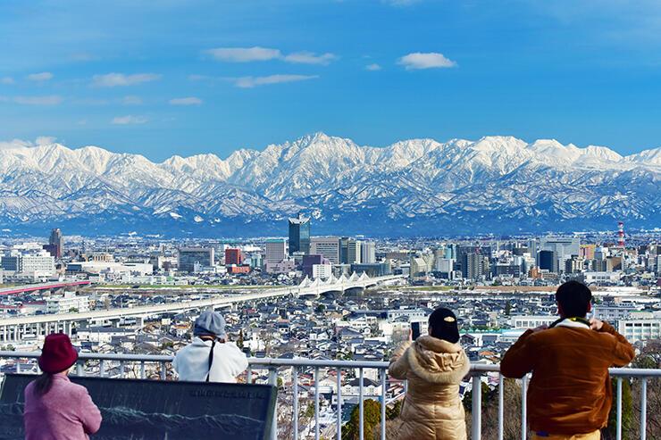 くっきりと見える立山連峰を眺める人たち=呉羽山展望台