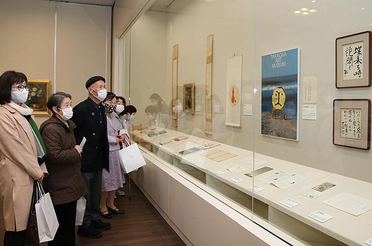 絵画やポスター、書など久泉さんゆかりの品が並ぶ会場=高志の国文学館