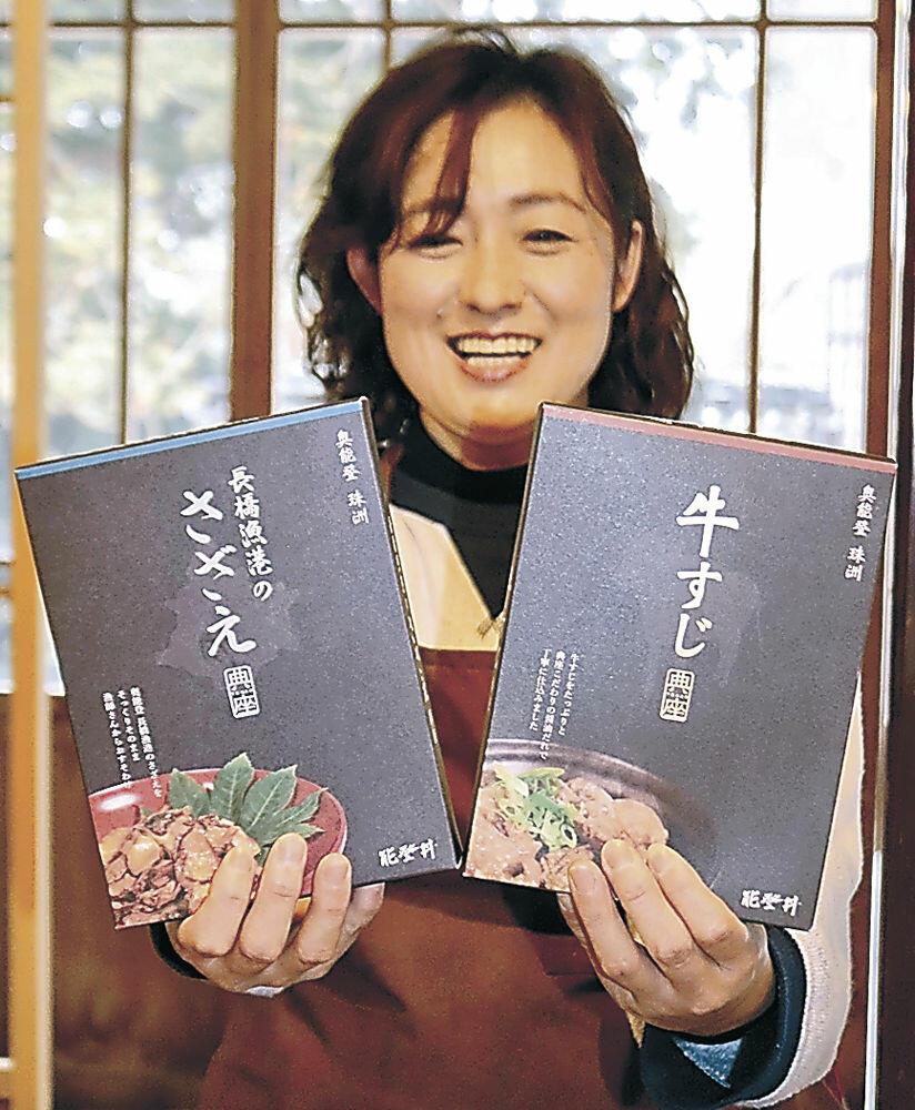 牛すじとサザエのレトルト食品を紹介する坂本理事長=珠洲市内の飲食店