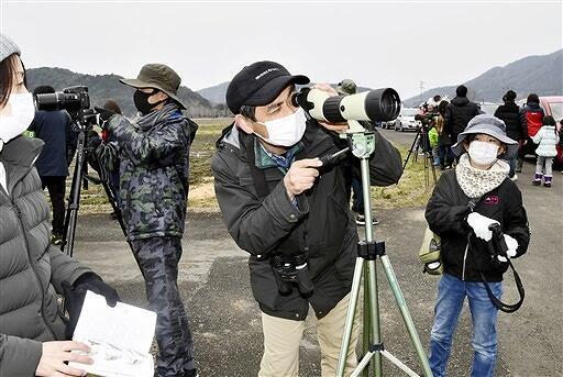 三方湖周辺でコハクチョウなどを観察する親子=2月7日、福井県若狭町鳥浜