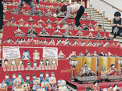 おひな様もマスク 七尾・食祭市場 人形600体並ぶ