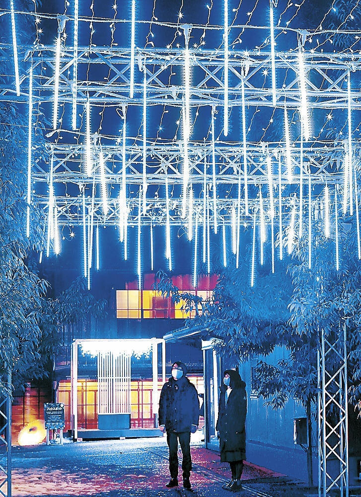 青色の電飾で照らされた金沢学生のまち市民交流館=金沢市片町2丁目