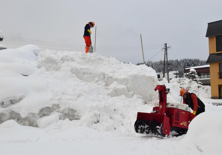 雪像会場の一つとなっている福寿町区。住民らが新型コロナ感染に気を付けながら雪像造りを進めている