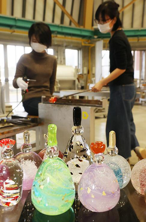 春らしい色合いをしたガラスのひな人形=富山ガラス工房(金田侑香里撮影)