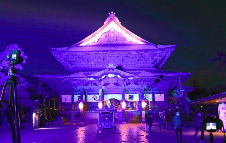 長野灯明まつりの試験点灯が行われた善光寺の本堂=10日午後6時8分、長野市