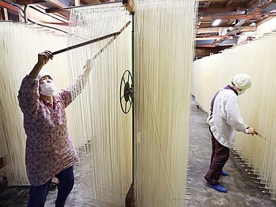 絹糸のように風に揺られ 砺波でそうめん作り最盛期