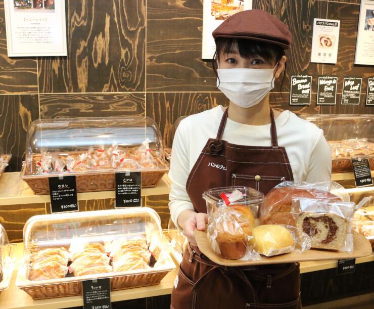 全国の人気店から集まったパンの魅力について話す桜井店長