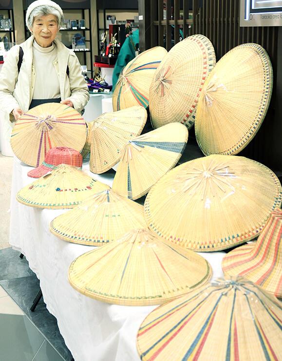 展示された菅笠の新商品を紹介する松平さん