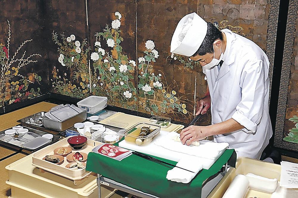再現した料理を盛り付ける孫八料理長=七尾市古屋敷町