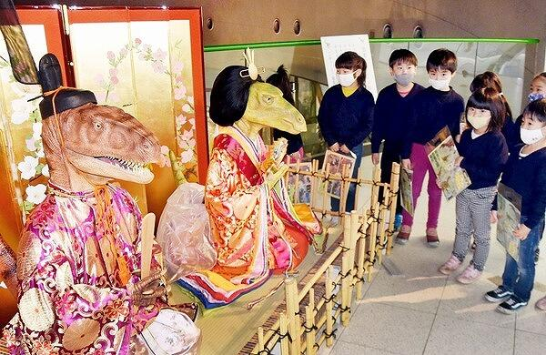 恐竜のひな人形を眺める中央こども園の園児=2月12日、福井県勝山市の福井県立恐竜博物館