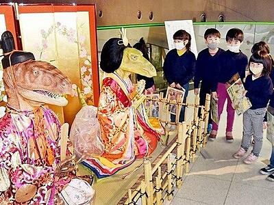 高さ1mの恐竜ひな人形お目見え 福井県立恐竜博物館 3月9日まで