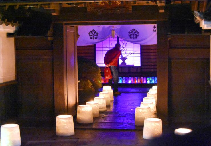 常智院の「クレヨンアートキャンドル展」。宿坊もそれぞれ趣向を凝らした明かりをともす=11日午後6時15分