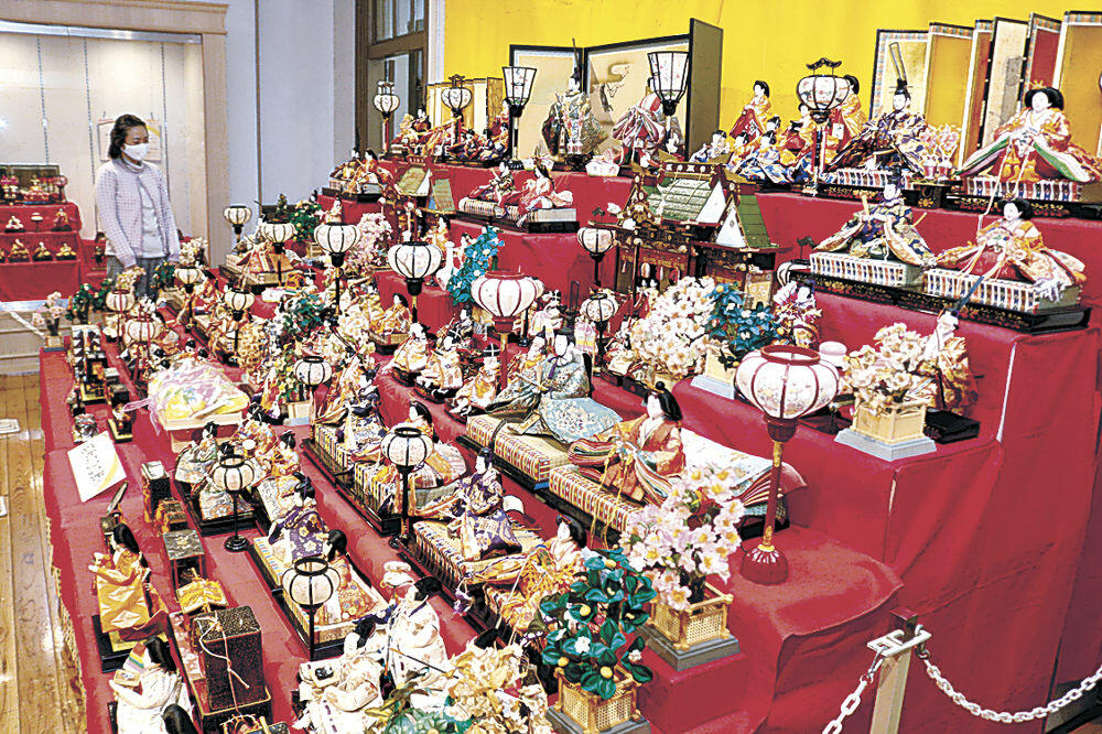 約120体のひな人形を並べたコーナー=金沢くらしの博物館