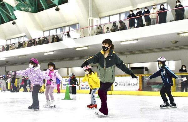 子どもたちと滑る村上佳菜子さん(中央)=2月13日、福井県敦賀市のニューサンピア敦賀