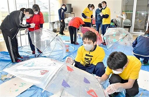 アンブレラスカイ設置に向け、傘に色を塗る生徒=2月9日、福井県敦賀高