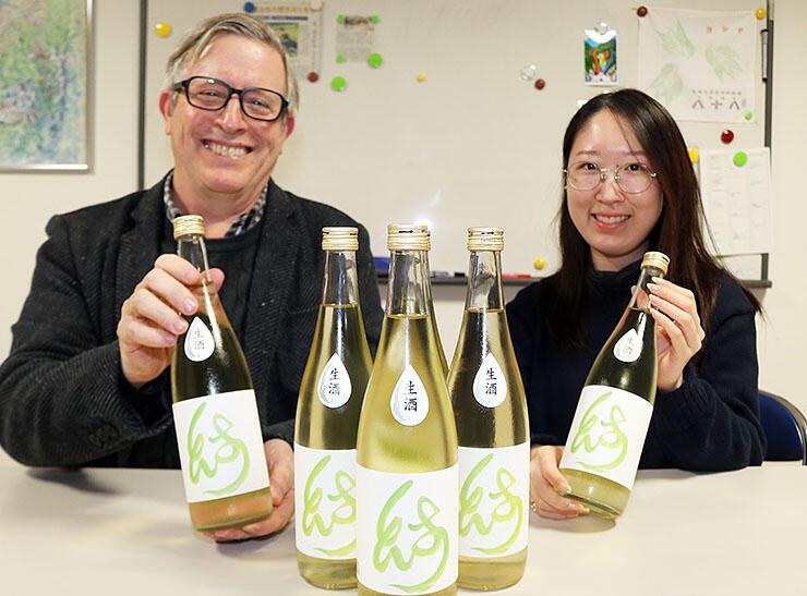 完成した富山国際大オリジナルの日本酒「MUSUBI」