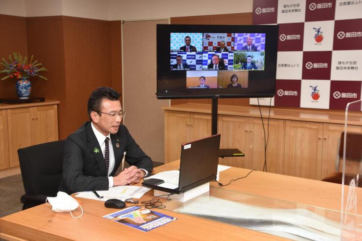 飯田市役所からオンラインでパネル討論に参加する佐藤市長