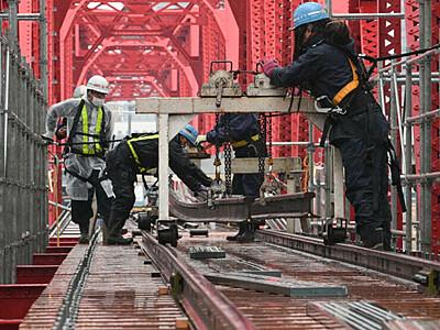 赤い鉄橋、両岸結ぶ 別所線のレール敷設