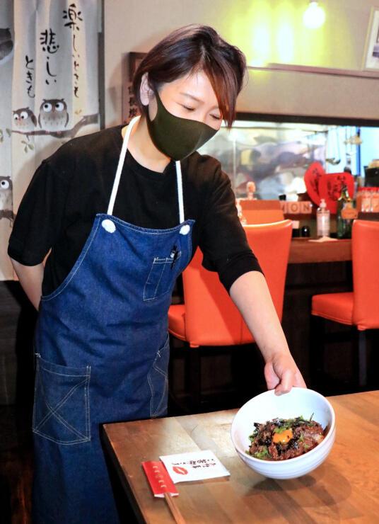 イベントで提供される「福来酒場 笑門」の牛ハラミ丼=新潟市江南区