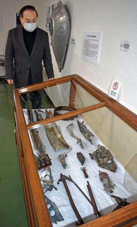伊米ケ崎公民館で展示されている墜落機の破片=魚沼市虫野