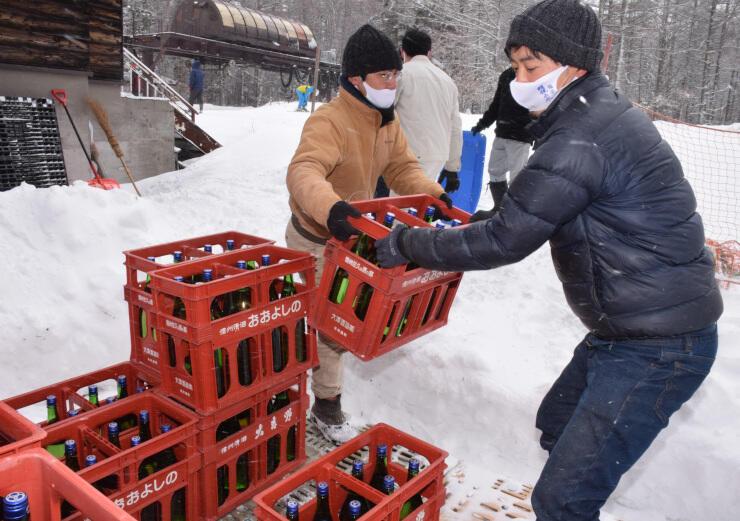 日本酒をスキー場に運び込む大沢酒造の関係者